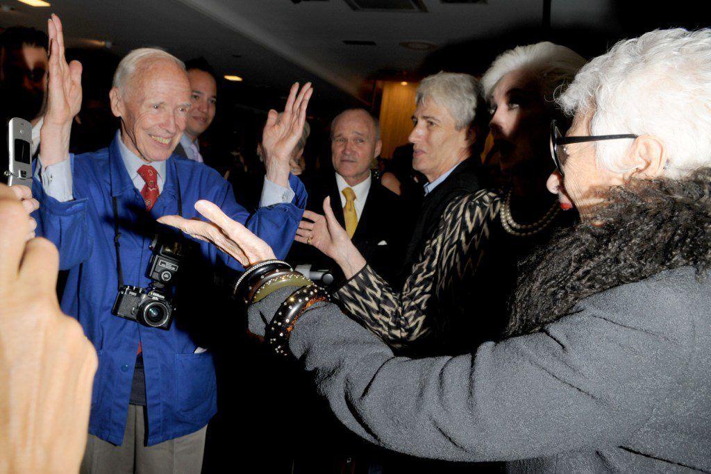 Iris Aofel saluda emocionada a Bill Cunnigham. Foto: Fuente externa.