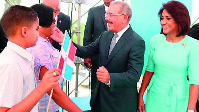 Danilo Medina y Cándida Montilla de Medina, mientras saludaban una de las familias.