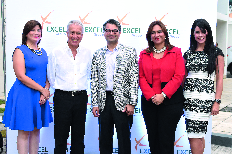 Excel Group devela escultura del maestro Fernando Varela