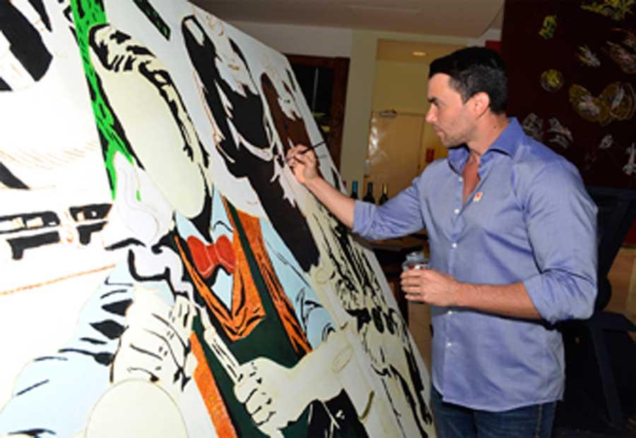 El artista plástico Félix Sánchez, retocando unas de sus obras.