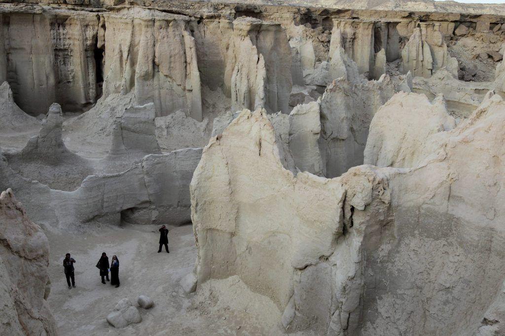 IRAN ECONOMIA:ABD007 QESHM (IRÁN), 23/12/2011.- Un grupo de turistas deambula por el Valle de las Estrellas en la isla de Qeshm, Irán, el día 23 de diciembre de 2011. La isla tiene muchos atractivos turísticos, aparte de las caprichosas formas labradas por la erosión, como una antigua fortaleza portuguesa y manglares. También es puerto franco en el Golfo Pérsico. EFE /ABEDIN TAHERKENAREH