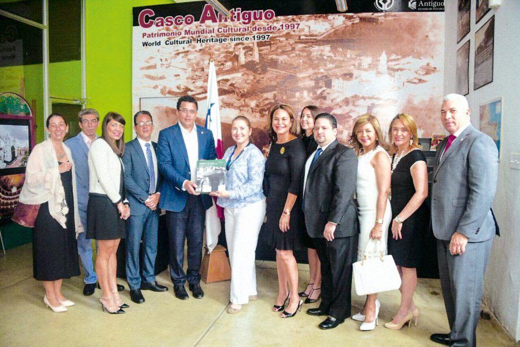 El alcalde David Collado, junto con su delegación, recibe el emblemático libro del Casco antiguo de Panamá de manos de Rebeca Somoza.