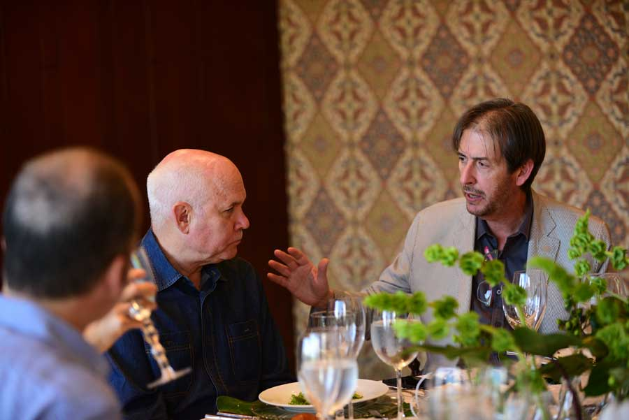 Steve McCurry conversa con el destacado fotógrafo Luis Nova.
