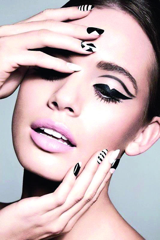 statement-liner-and-graphic-eyes-17