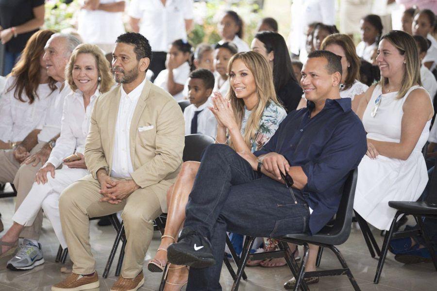 Jlo y Alex Rodríguez visitan Fundación MIR