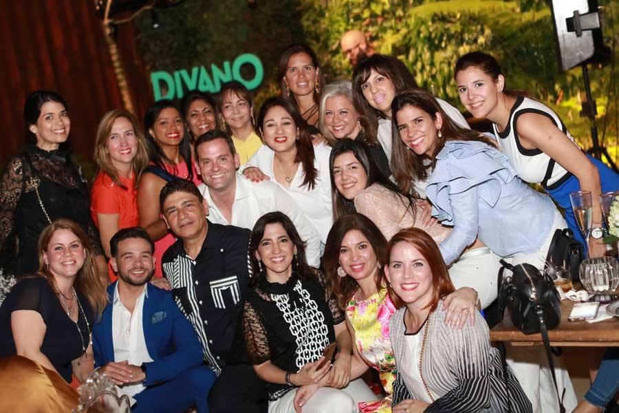 Andrés Lugo junto a sus clientes, decoradores y wedding planners.