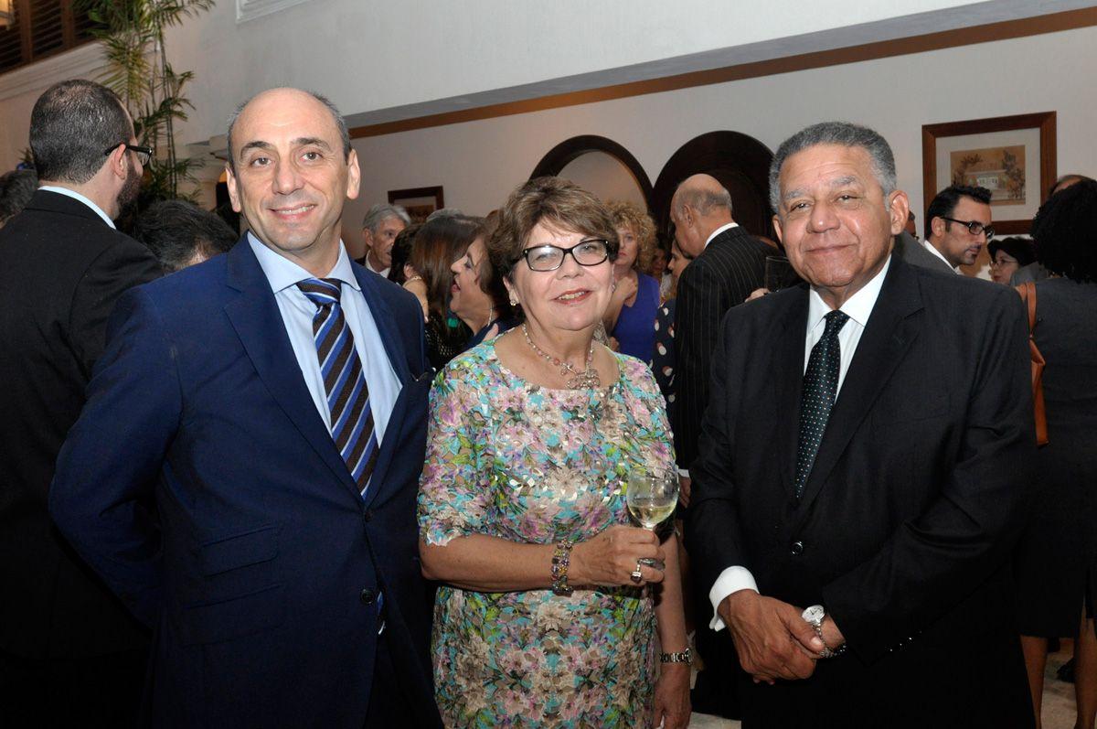 Gobierno Francés condecora a Magaly Caram