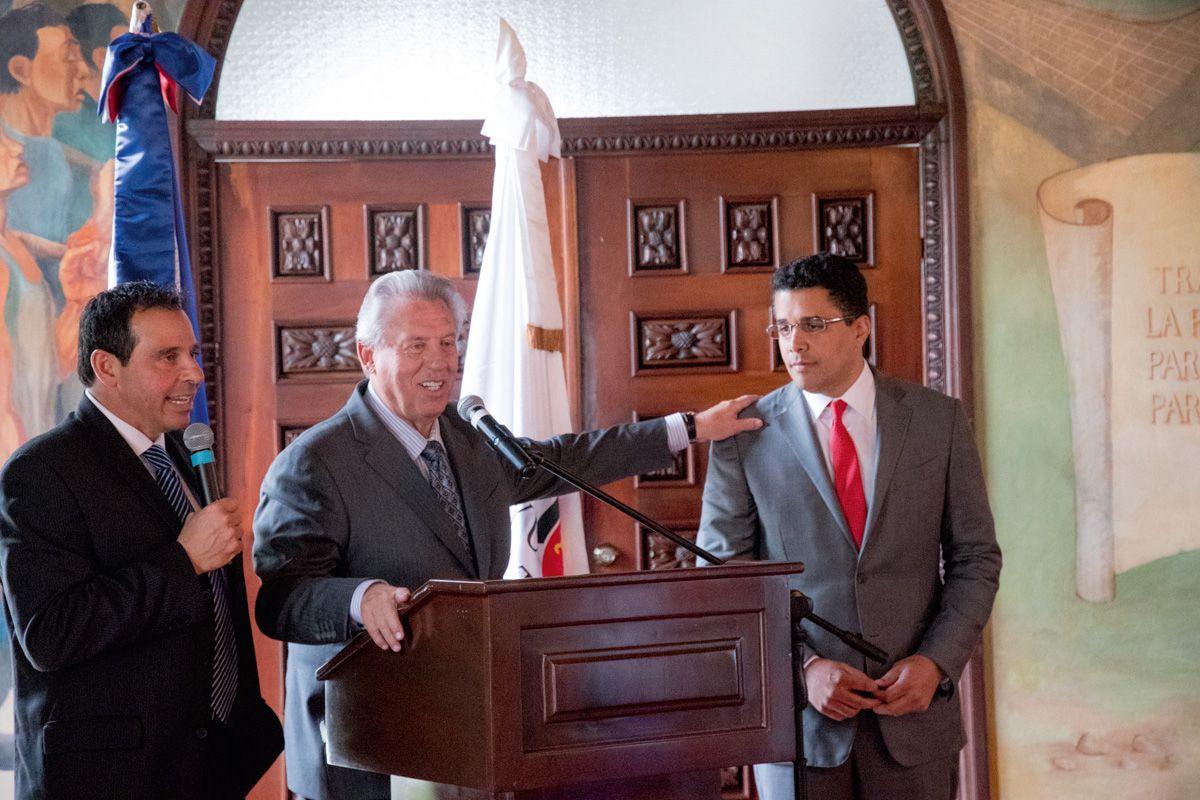 John Maxwell es reconocido por alcalde David Collado
